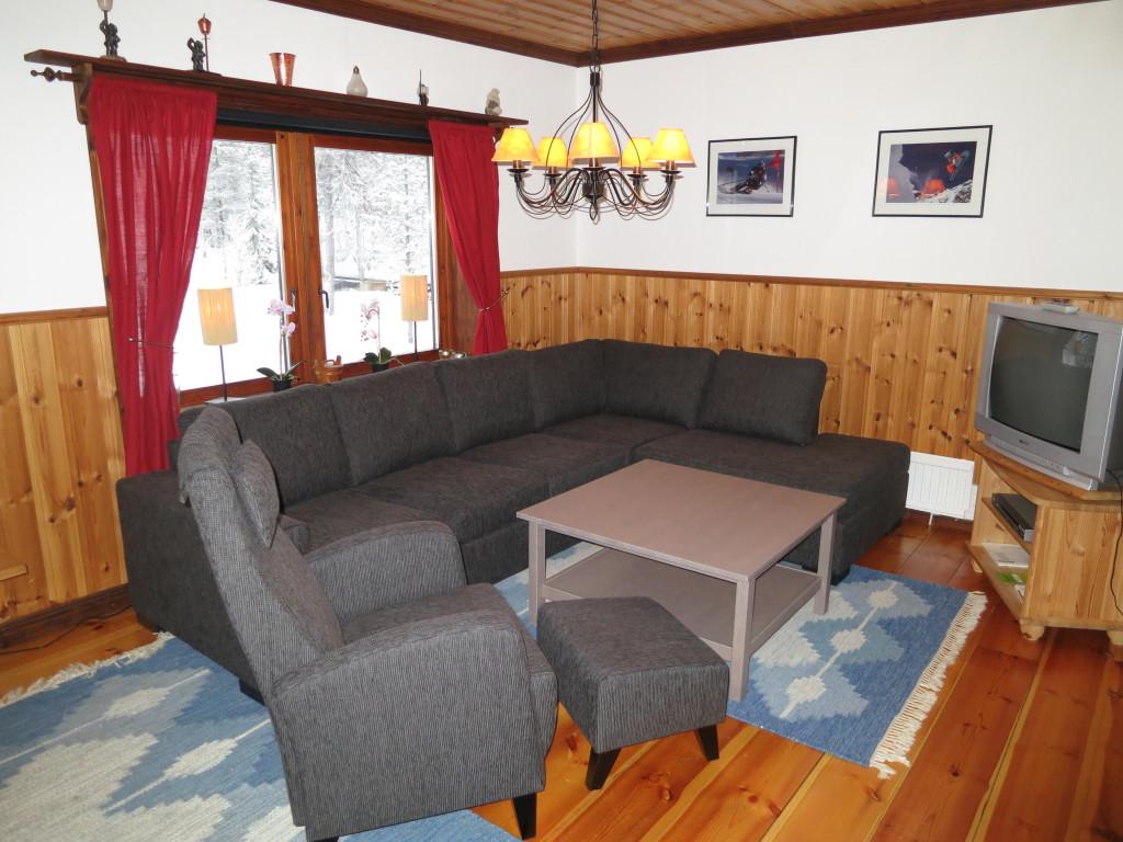 Allrum med vinkel soffa och en relax fåtölj
